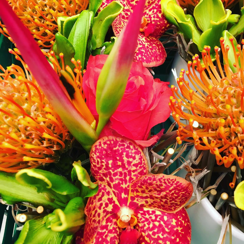 bouquet de fleurs orange rouge galerie de création Chloé Savary Fleuriste à Mies
