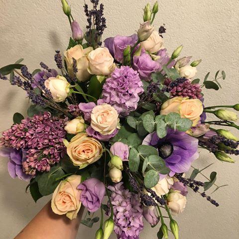 bouquet de fleurs violines galerie de création Chloé Savary Fleuriste à Mies