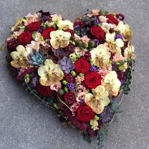 composition florale en forme de coeur pour dessus de cercueil dernier hommage galerie des créations florales